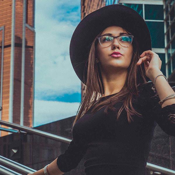 Femme qui regarde au loin dans une ville